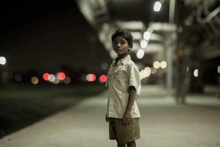 El pequeño Saroo en Lion, película nominada al Oscar.